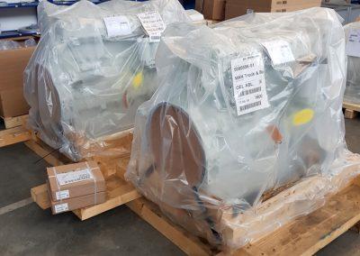 Bildreihe: Produktionseinblicke Montage Druckluftheizkraftwerke Taifun-Klasse - Bild 1: Anlieferung der Erdgasmotoren von MAN