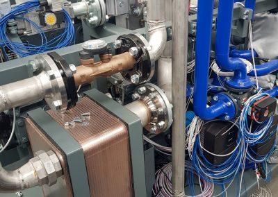 Bildreihe: Produktionseinblicke Montage Druckluftheizkraftwerke Taifun-Klasse - Bild 5: Endmontage des DHKW Taifun, elektrische Verkabelung